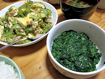 今晩の夕食は家庭栽培のモロヘイヤとゴーヤチャンプル