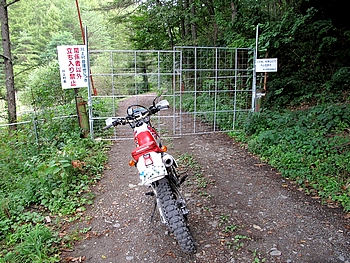 川上第二小学校側もゲートが閉まっていました
