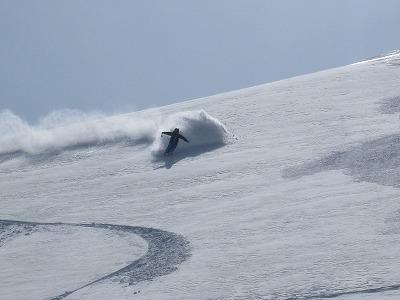 ガラガラ沢を滑るツアー参加者
