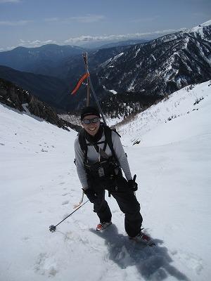 焼岳山頂に向けてハイクするホダカ