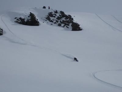 エンマ山を滑るガイドの竹尾さん