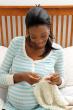 編み物する妊婦