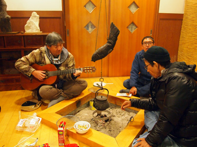 囲炉裏で演奏会