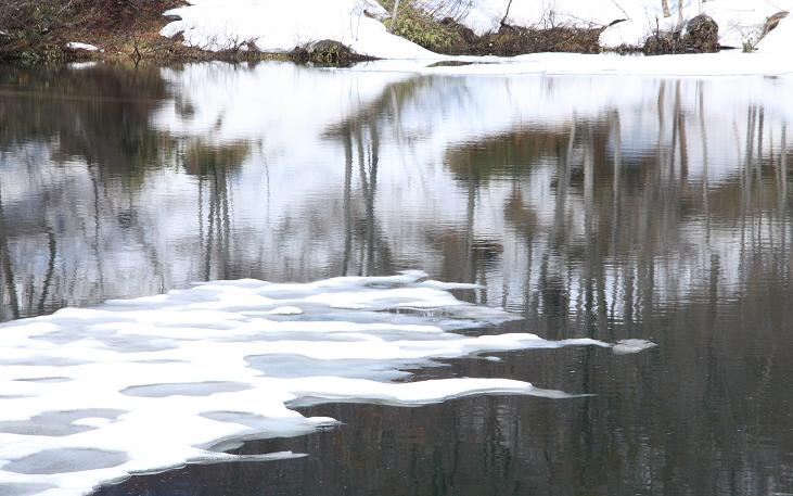 雪解けの湖面