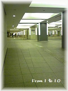 ここは東京か??丸の内地下道。