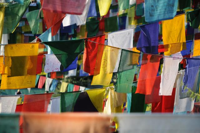 びっしりと吊るされた密教の旗