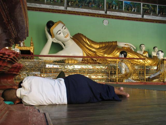 涅槃仏で寝る