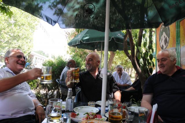 乾杯するトビリシの親父達