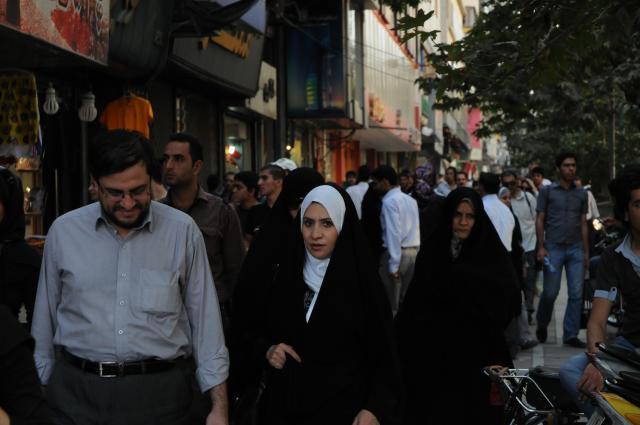 テヘランでチャドルの女性