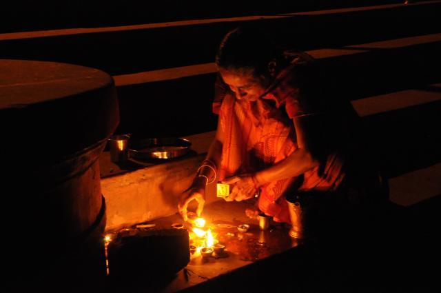 ガンガーに火を捧げる老婆