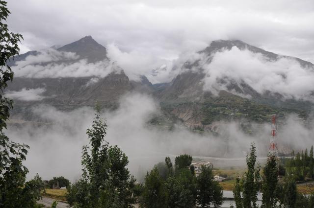 谷間を流れる雲