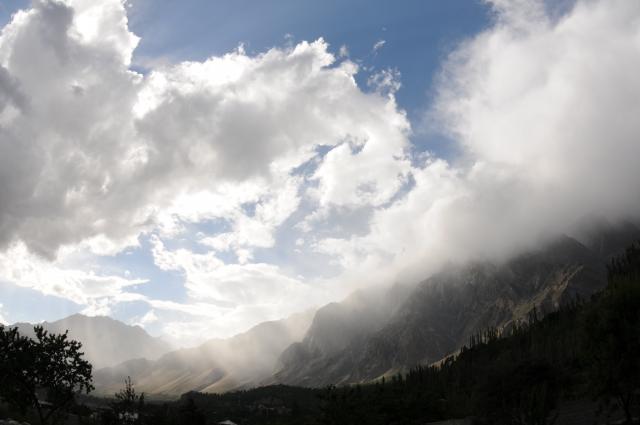光る雲と霧