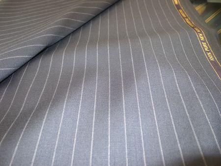 広いピッチの紺ストライプのスーツ生地