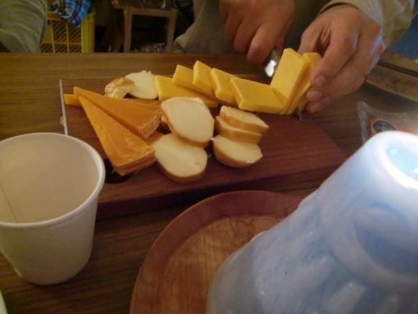 ごんべさんがチーズを切る
