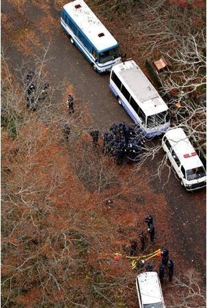 平岡都さんの頭部が見つかった現場を調べる捜査員