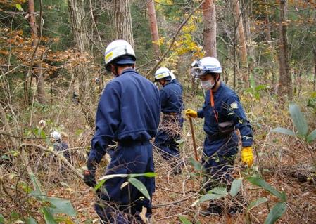 臥龍山の山林を捜索する広島県警機動隊員