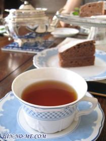 薔薇の紅茶と、チョコレートケーキ