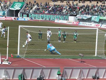 後半早々に得たPK。大久保が蹴るも岐阜GK時久にコースを読まれた。