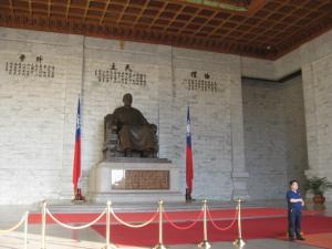 西(中国)を向いて鎮座する蒋介石の巨像