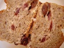 クランベリーとナッツのライ麦パン断面