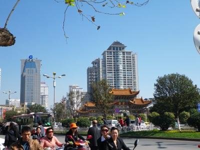 町の中心部にある中国的な門
