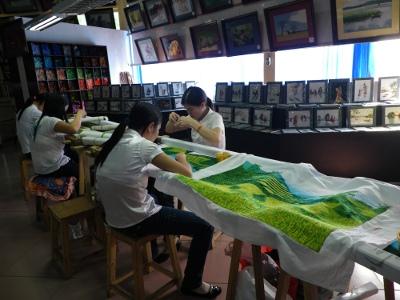 刺繍する少女達