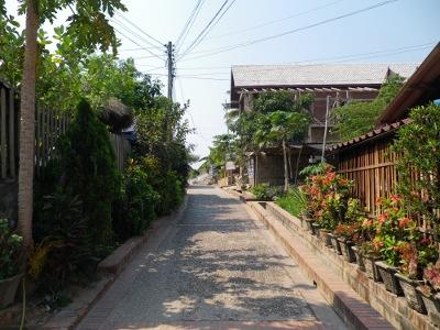 宿の外の道