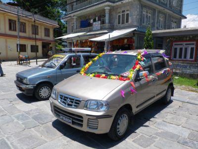 ポカラ8結婚式車
