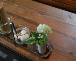 テーブル一輪の花
