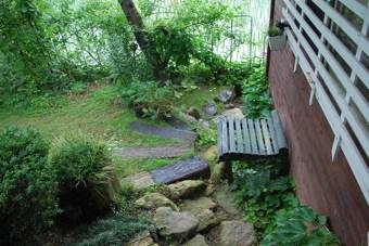 緑の椅子と枕木