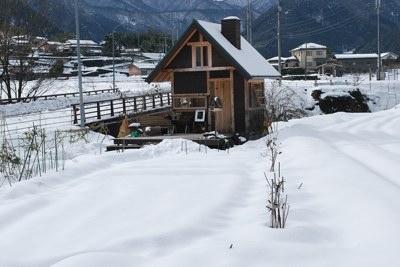小屋前の雪240108