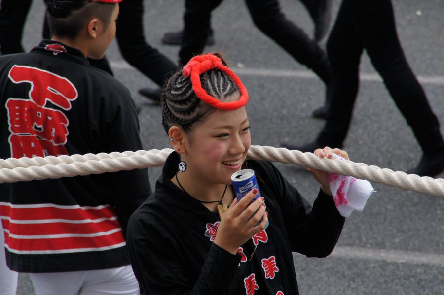 岸和田祭り独特の編み込みの髪型に真っ赤な鉢巻きがキュート