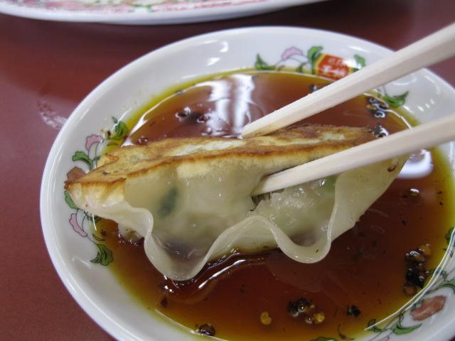 餃子のどてっぱらにお箸でブスッと穴を開け