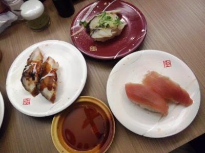 マリンポリス千日前店うなぎ、生マグロ白皿100円〆サバ赤皿130円