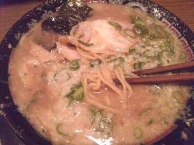 無鉄砲大阪本店とんこつラーメン700円こってりスープ