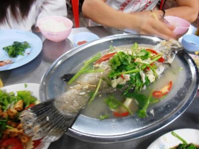 2011年8月タイ-スリランカ旅行タイ後半19日タイランドカルチュラルセンター駅裏のタイ料理で魚の煮込み