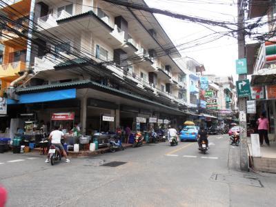 2011年8月タイ-スリランカ旅行タイ後半20日ラマ9世駅ホテルプラッソ近く食堂街