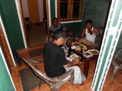 2011年8月タイ-スリランカ旅行スリランカ前半9日ダンブッラ沿道ホテル部屋前で宴会