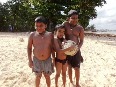 2011年8月タイ-スリランカ旅行スリランカ後半11日ゴール砂浜の子供3