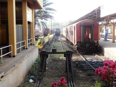 2011年8月タイ-スリランカ旅行スリランカ後半11日ゴール駅停車中列車