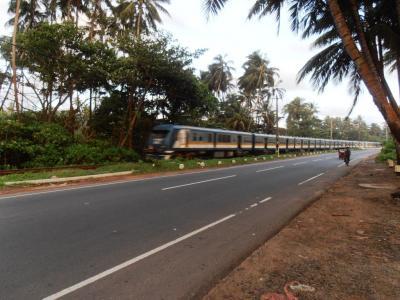 2011年8月タイ-スリランカ旅行スリランカ後半11日ベントタ付近の通過列車