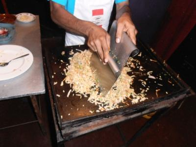 2011年8月タイ-スリランカ旅行スリランカ後半14日ポトハラのシェフがろコットゥロティ作る2