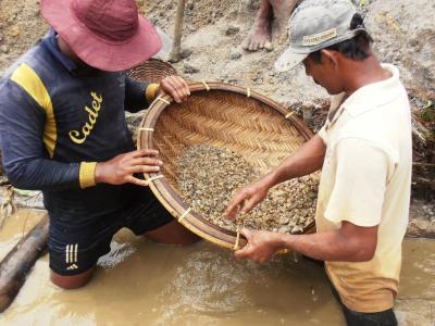 2011年8月タイ-スリランカ旅行スリランカ後半15日ラトゥナプラ宝石採掘場でザルで探す