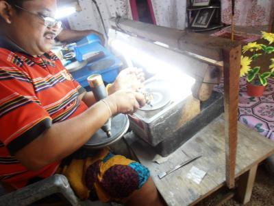 2011年8月タイ-スリランカ旅行スリランカ後半15日ラトゥナプラ宝石の近代的磨き工房