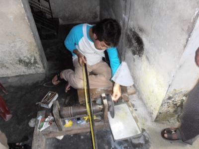 2011年8月タイ-スリランカ旅行スリランカ後半15日ラトゥナプラ宝石の古典的宝石磨き体験