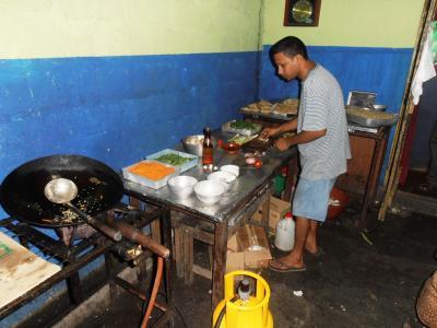 2011年8月タイ-スリランカ旅行スリランカ後半15日ポトハラのシェフがチキンデビル作る1