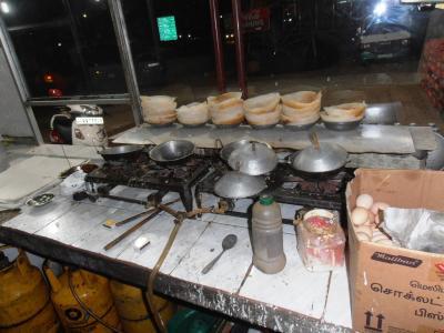 2011年8月タイ-スリランカ旅行スリランカ後半17日コロンボ空港近く食堂アーッパ並ぶ