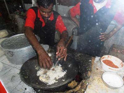 2011年8月タイ-スリランカ旅行スリランカ後半17日コロンボ空港近く食堂インディアーッパヌードル作る1