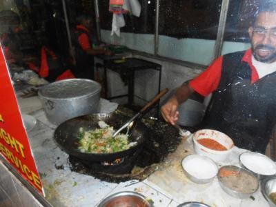 2011年8月タイ-スリランカ旅行スリランカ後半17日コロンボ空港近く食堂インディアーッパヌードル作る2