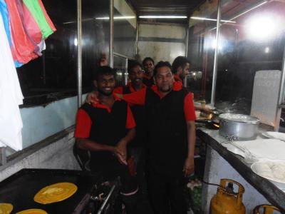 2011年8月タイ-スリランカ旅行スリランカ後半17日コロンボ空港近く食堂スタッフ